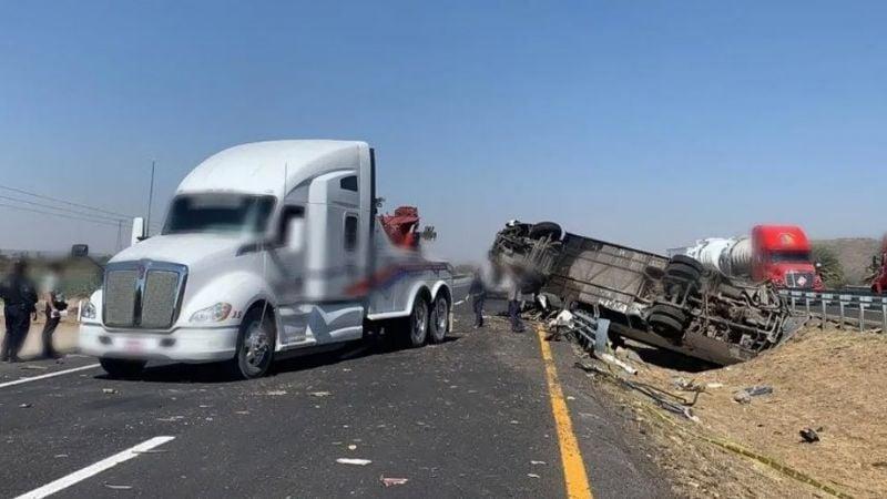 Dos muertos y 26 lesionados tras fuerte accidente en la carretera Querétaro-SLP