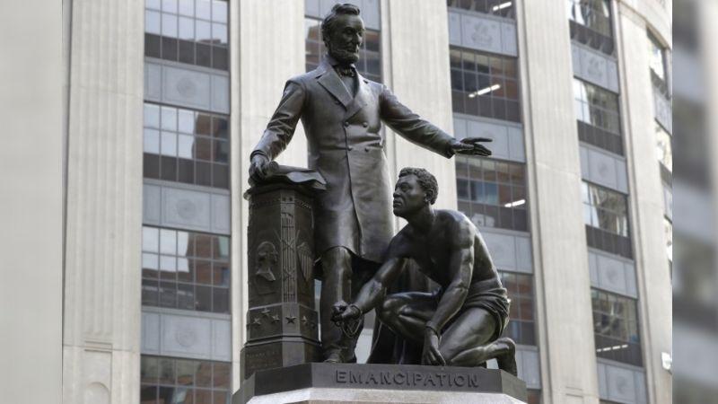 Estatua del presidente Abraham Lincoln es desmantelada por grande controversia
