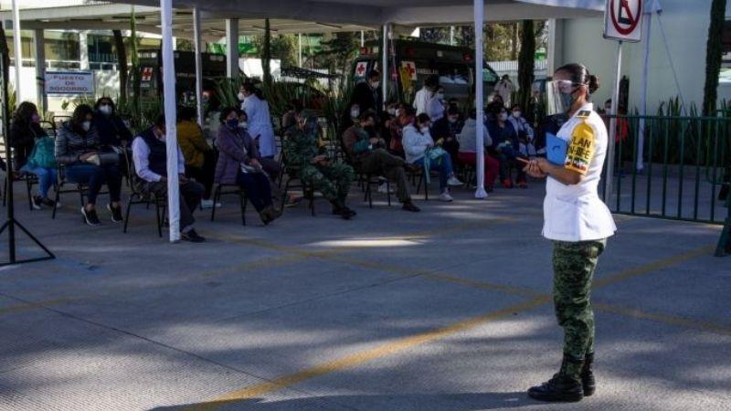 Vacunan contra Covid-19 a médicos y enfermeros que protestaron en Iztapalapa