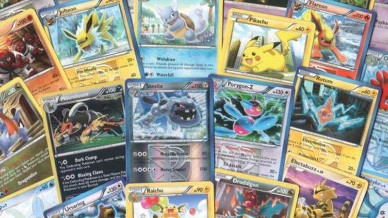 Hombre se hace viral por vender su colección de cartas de 'Pokemón' para pagar la escuela