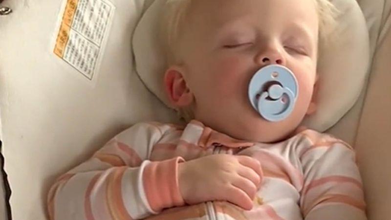 Bebé se hace viral por la peculiar forma en que sus padres la despiertan