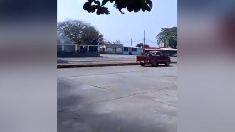 Autodefensas se enfrentan a policías e incendian una patrulla