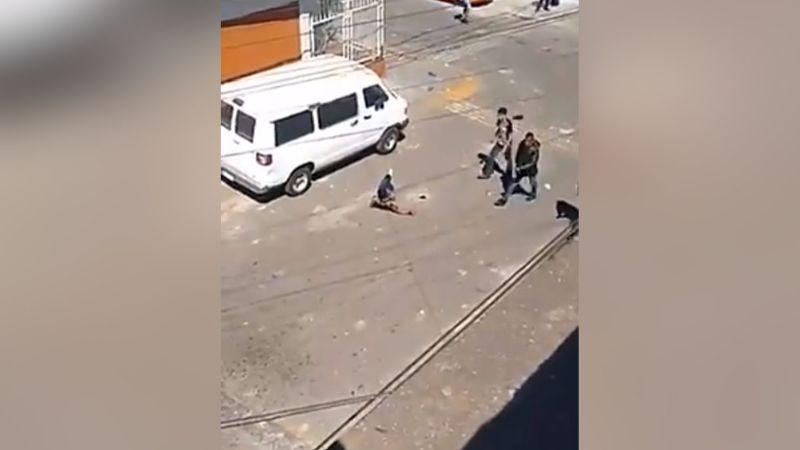 VIDEO: Tras riña vecinal en Ecatepec, hombre balea a una mujer