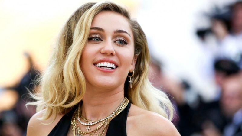 ¿Otra vez? Miley Cyrus burla censura de Instagram y muestra pezón en foto
