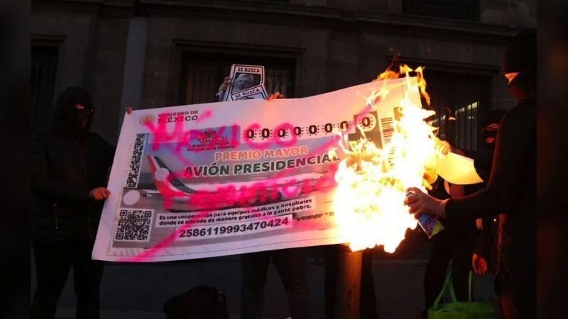 Colectivos feministas queman boleto de la rifa del avión presidencial