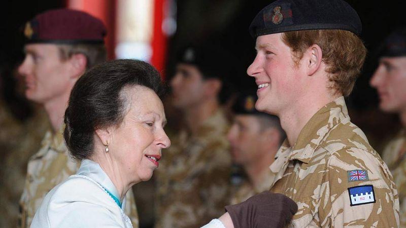 Harry estaría furioso con su tía Ana; la royal se quedaría con su título militar