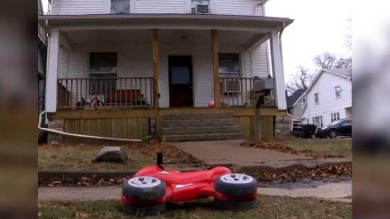 Niño 'huye' de guardería en moto de juguete; Policía lo halla solo en calle