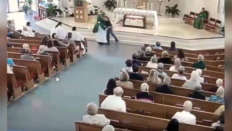 VIDEO: Hombre intenta derribar a diácono en plena misa; fieles lo detienen