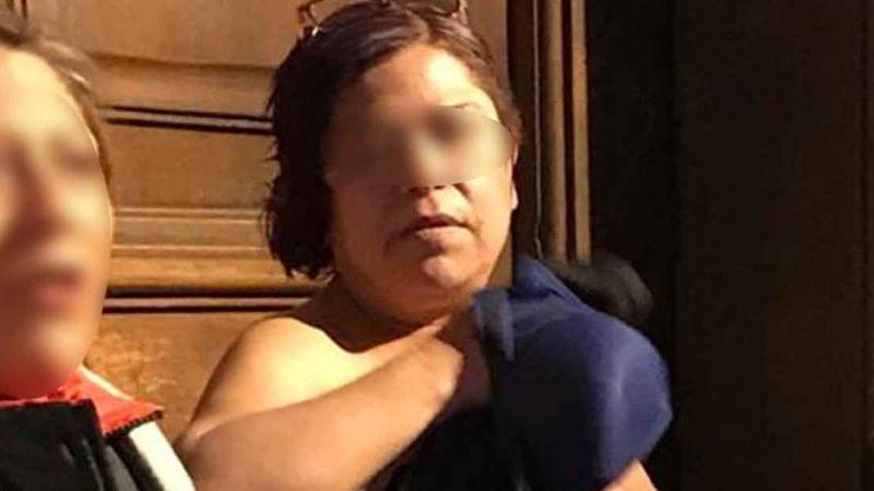 Mujer se desnuda frente a Palacio Nacional antes de 'la mañanera' de AMLO