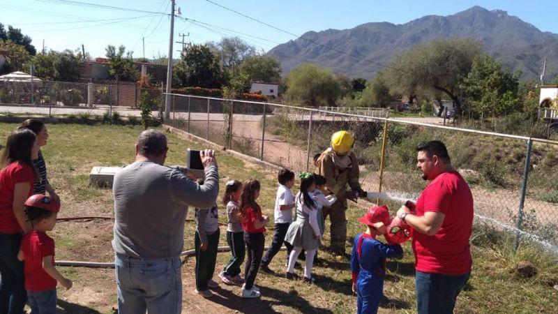 Bomberos de Álamos enseñan labores de prevención a niños de preescolar
