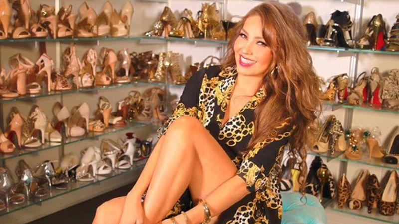 VIDEO: Thalía deja ver su ropa interior en atrevido vestido transparente