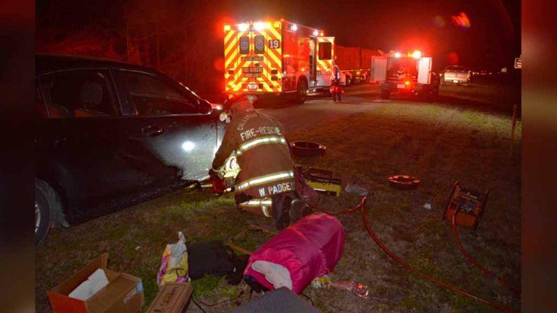 Mujer llama al 911 con un pie; sus manos quedaron aplastadas al cambiar llanta