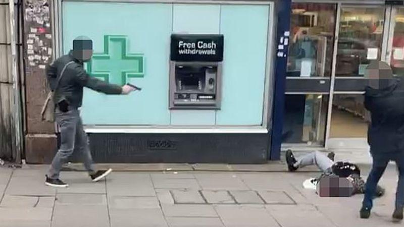 Filtran video del terrorista de Londres justo antes de apuñalar a dos personas