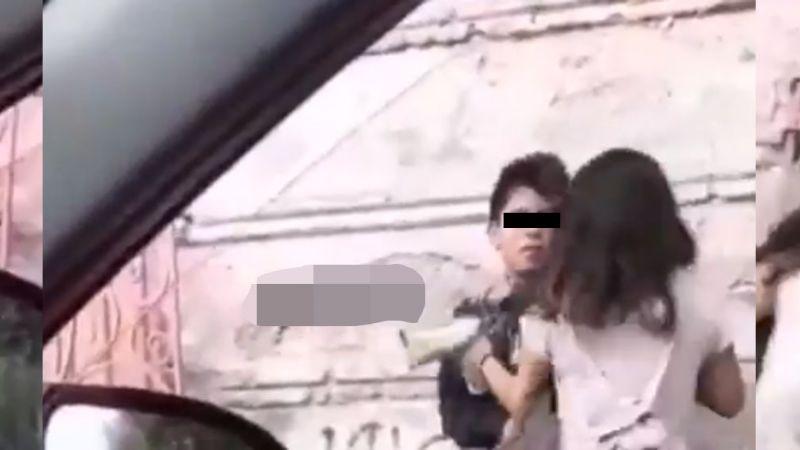 VIDEO: En plena vía pública, joven es brutalmente agredido por su novia