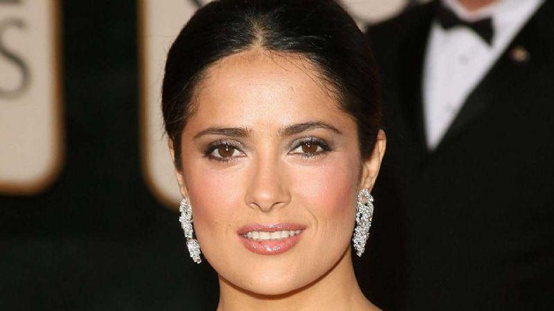 Salma Hayek luce su look más fachoso en su vuelo a LA para los Oscar 2020