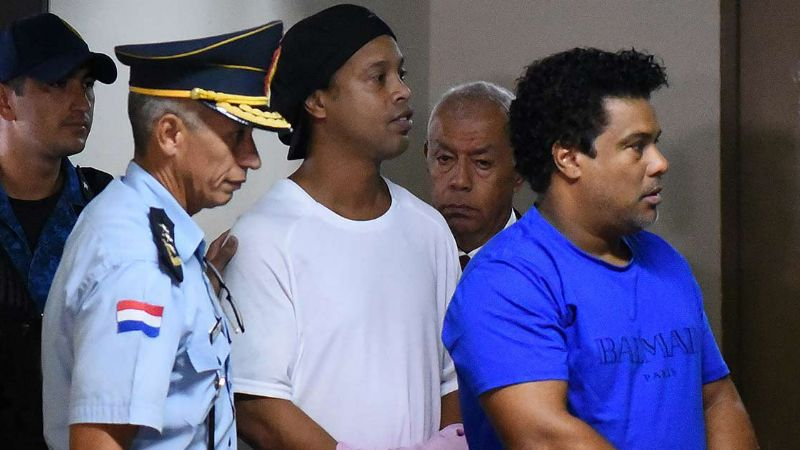 Ronaldinho: Por riesgo de fuga, el exfutbolista seguirá en prisión preventiva