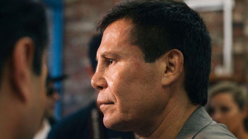 VIDEO: Julio César Chávez se calienta con fan que lo jaloneó por una selfie