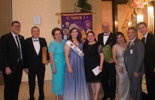 Integrantes del Club de Leones coronan a la nueva soberana de Ciudad Obregón