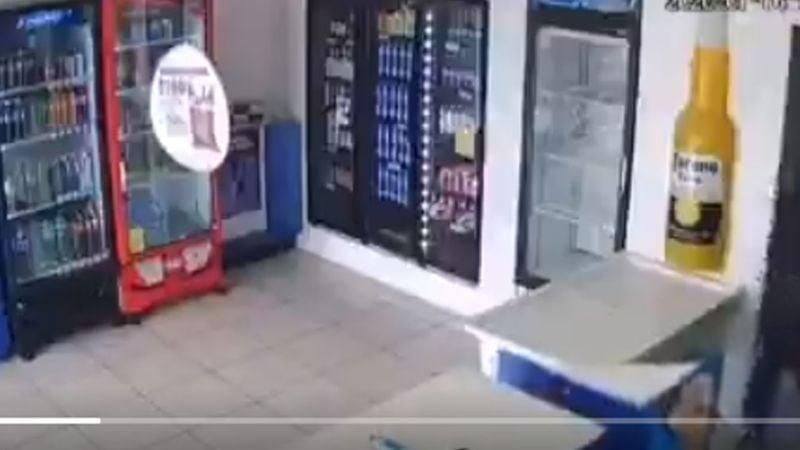VIDEO: Ladrón entra a robar a expendio de cerveza y viola a la empleada