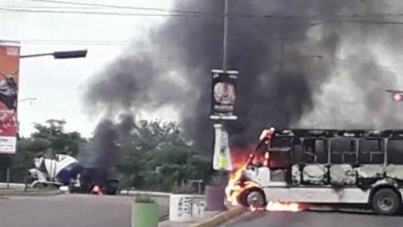 Comandos armados desatan el pánico en Culiacán al quemar casas