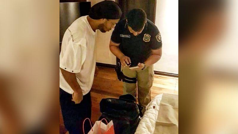 Ronaldinho es detenido con su hermano al presentar pasaportes falsos en Paraguay