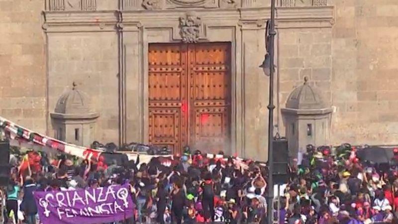 VIDEO: Manifestantes lanzan bombas molotov a puertas de Palacio Nacional