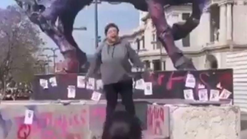 VIDEO: Mujer encara a feministas y defiende estatua de destrozos en CDMX