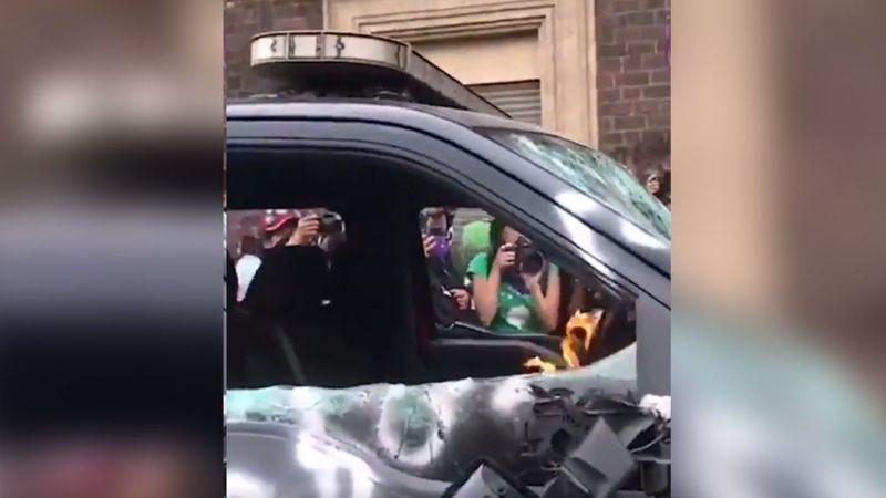 VIDEO: Feministas destrozan carro de Bomberos durante Marcha 8M