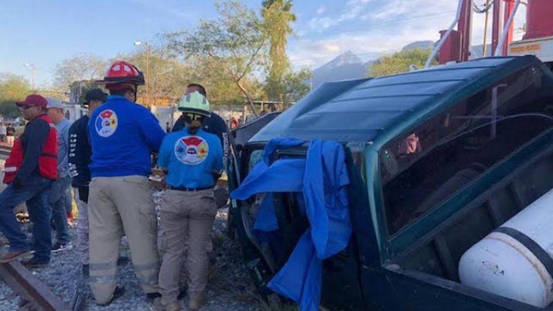 Choque de tren contra camioneta deja 3 familiares muertos en Nuevo León