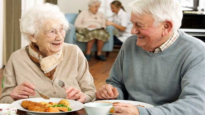 Estos son los alimentos que no deben faltar en la dieta de los adultos mayores