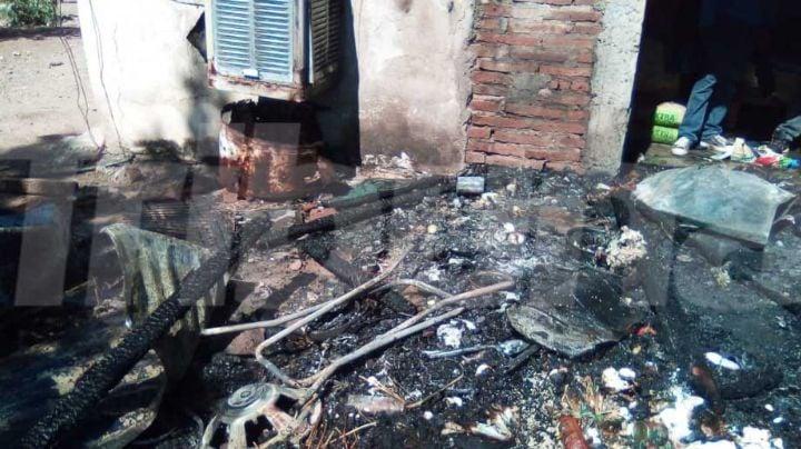 Villa Juárez: Incendio acaba con una vivienda;  pone en peligro a mujer y dos menores