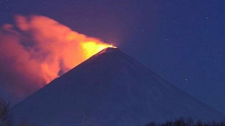 El volcán Kliuchevskói despierta: Expulsa nubes de ceniza y flujos de lava