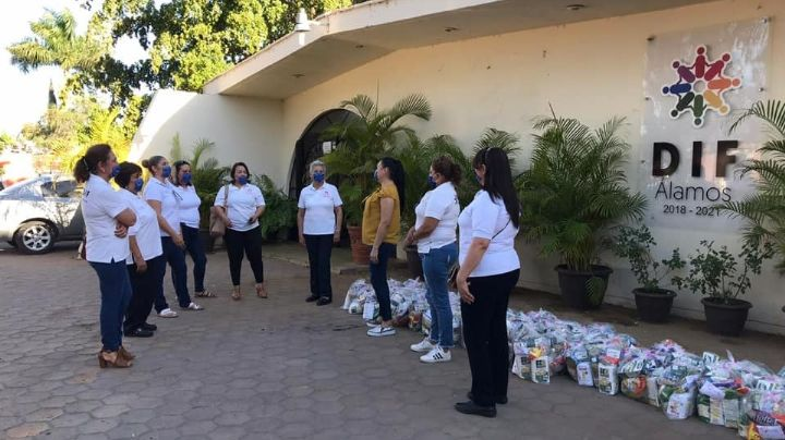 Damas voluntarias de DIF Álamos donan 200 despensas para familias vulnerables