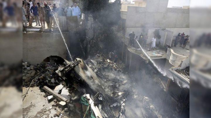 (VIDEO) El impactante momento en que avión con 108 ocupantes se estrella en Pakistán