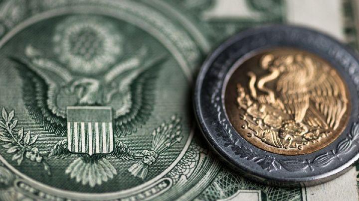 El peso se debilita frente al dólar sin rebasar el límite de las 23 unidades