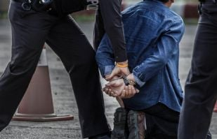 Hombre sin hogar usar el microonda de un banco para calentar empanadas; termina arrestado