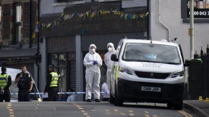 Reino Unido: Arrestan a enloquecida mujer que apuñaló a cuatro personas en público