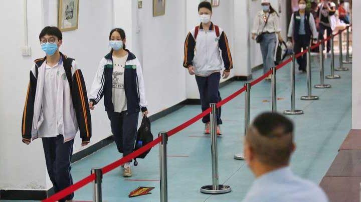 Con temor y medidas sanitarias, así volvieron a clases las escuelas en Wuhan