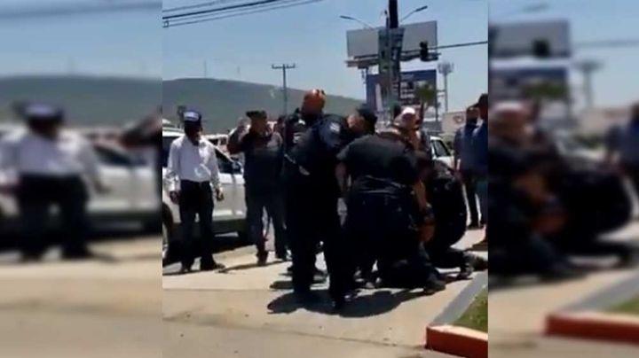 VIDEO: Con lujo de violencia, 6 oficiales detienen a vendedor de 'matamoscas'