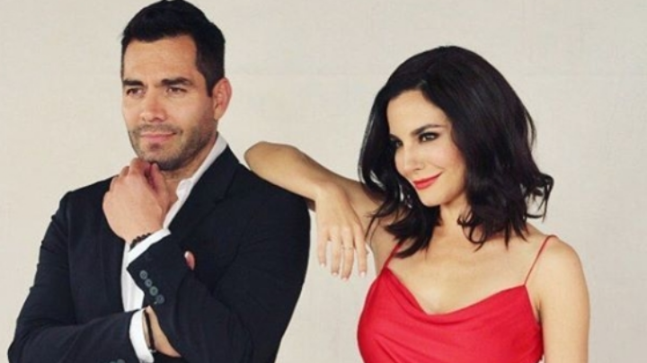 Martha Higareda confirma romance con famoso actor; posa ¿sobre las piernas de Omar Chaparro?