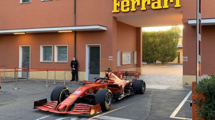 Leclerc maneja por las calles de Maranello con el Ferrari de la F1