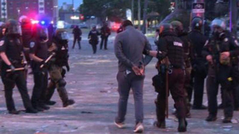 George Floyd: Policía de Minneapolis recibe cargos en contra por actos raciales