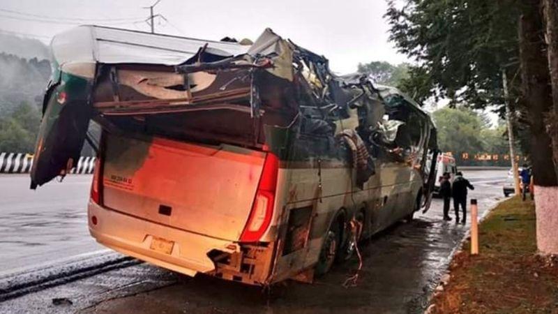 Fuerte choque entre tráiler y autobús deja dos muertos y siete heridos en la México-Toluca