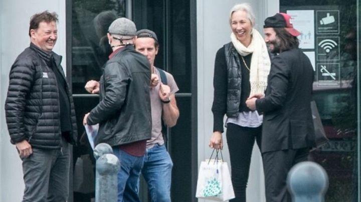 Para motivarse, el actor Keanu Reeves lleva a su novia al set de 'The Matrix 4'