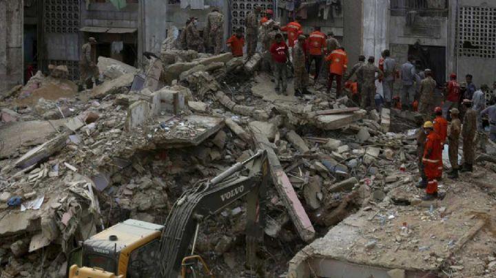 Al menos 13 personas mueren aplastadas bajo los escombros de edificio en Pakistán