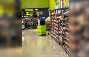 VIDEO: ¡Qué horror! Empleado limpia con saliva los cestos de un supermercado