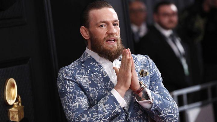 El peleador de la UFC, Conor McGregor, pasea por la calles de París en su lujoso Lamborghini