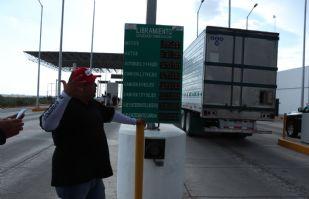 Transportistas toman la caseta del libramiento