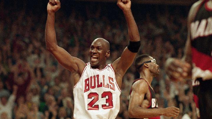 (VIDEO) Michael Jordan humilla a jóvenes en un partido de basquet callejero