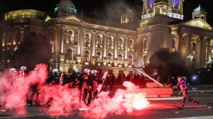 Toque de queda por Covid-19 provoca manifestación en Serbia; hay 60 heridos